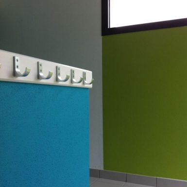 Porte-manteraux sur mur bleu