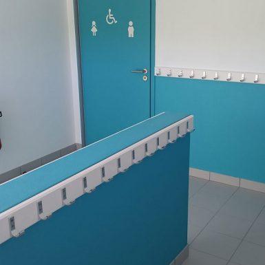 Porte-manteaux et toilettes bleus