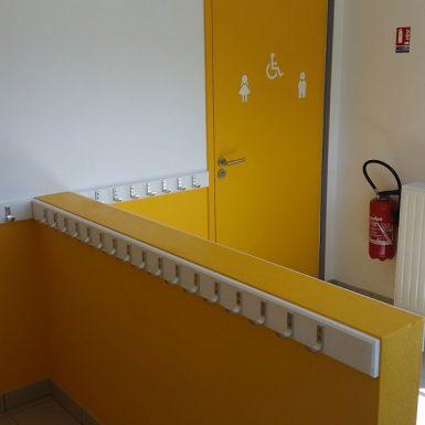 Porte-manteaux et toilettes jaunes
