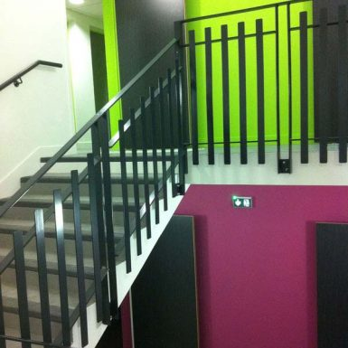 Foyer ADAPEI - Escalier coloré violet et vert