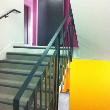 Foyer ADAPEI - escalier coloré jaune et violet